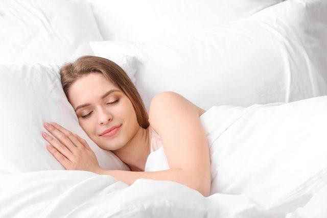 femme dormant sur un matelas
