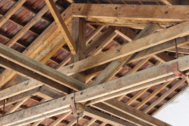 Quel matériau choisir pour construire l'ossature de la toiture _